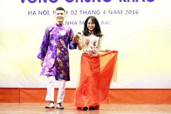 Các thí sinh của trường ĐH Kinh tế quốc dân trẻ trung, hiện đại khi diện trang phục áo dài cách tân