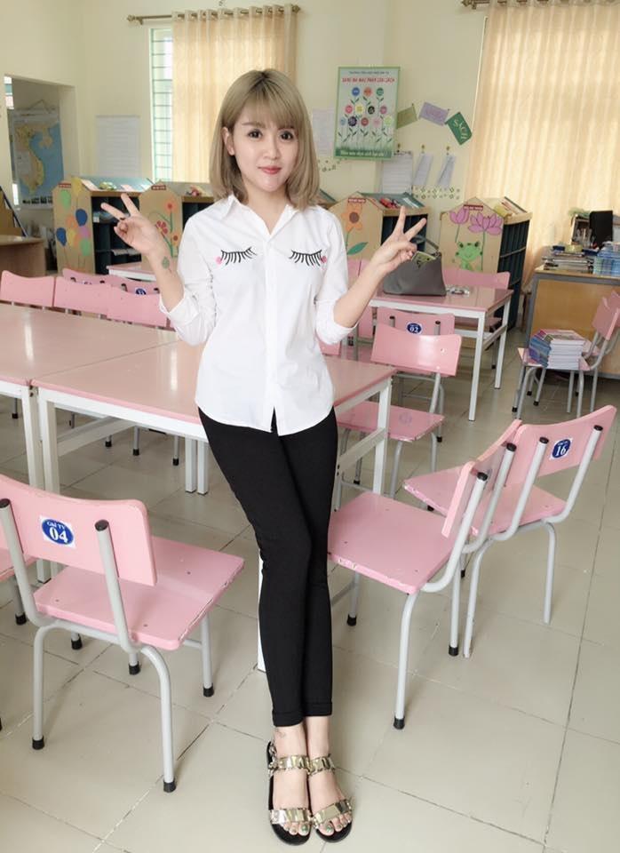 Cô giáo Nguyễn Ly Ly (SN 1988) có gương mặt và tính cách trẻ trung.