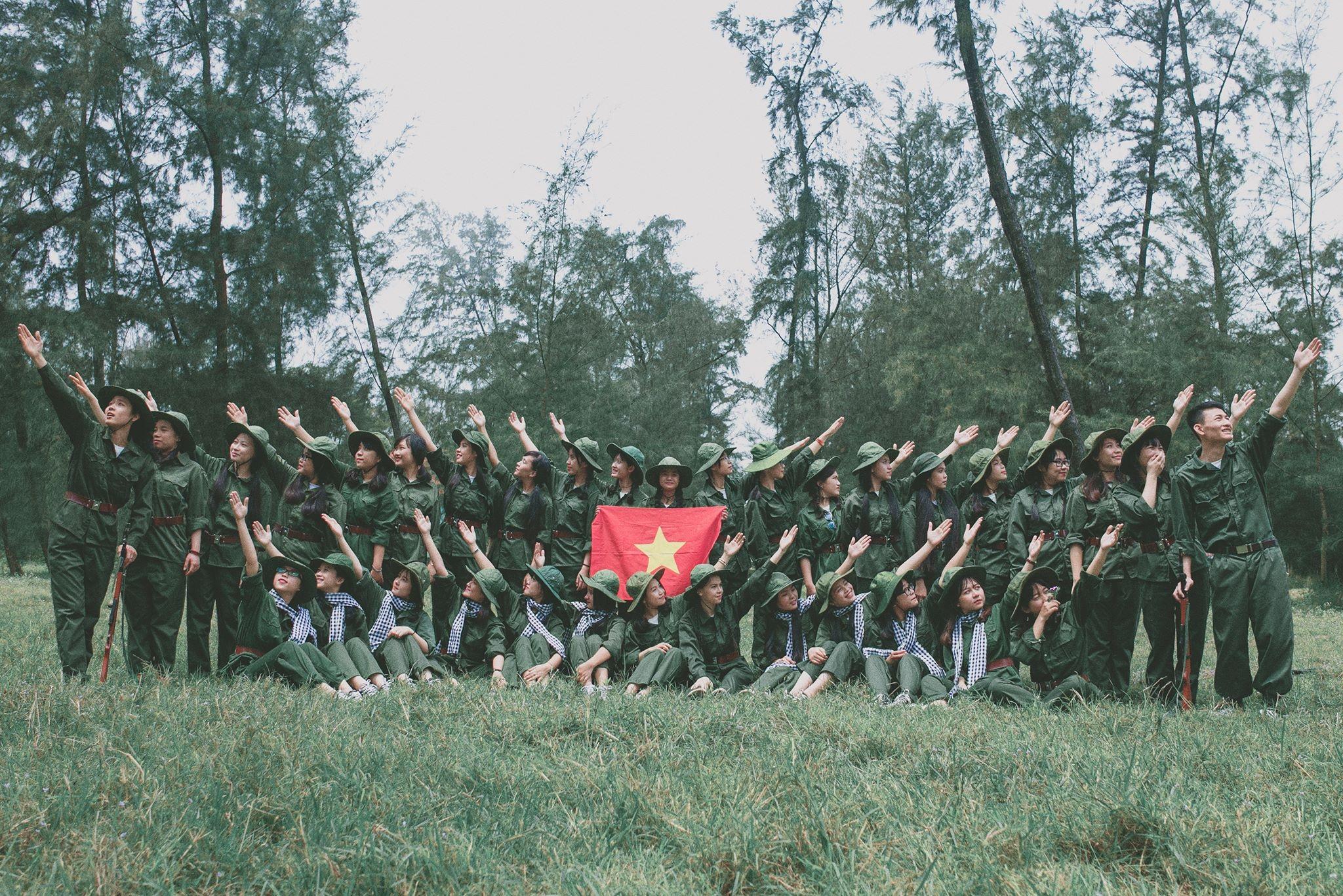 Bộ ảnh được đặt tên Những chiến sĩ thanh niên xung phong vui vẻ do các bạn học sinh lớp 12D1 trường THPT Lê Viết Thuật (TP. Vinh - Nghệ An) lên ý tưởng, thực hiện bởi Flow Motion.