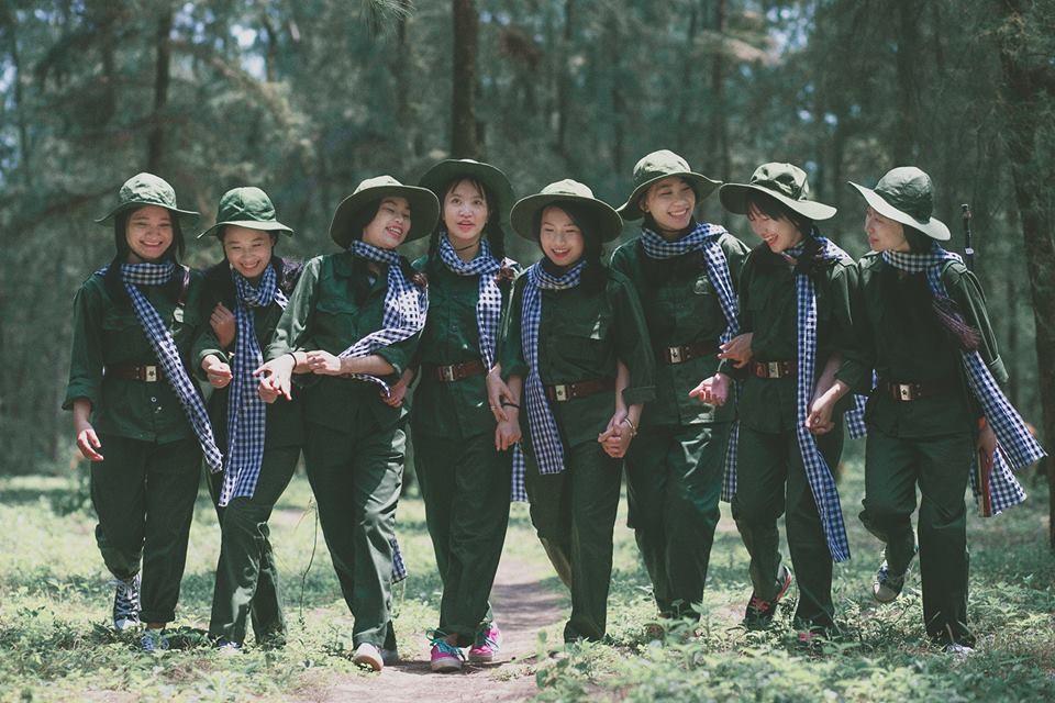 Toàn bộ đạo cụ, trang phục do các bạn học sinh lớp 12D1 tự chuẩn bị sau khi các bạn tìm hiểu về các nữ thanh niên xung phong