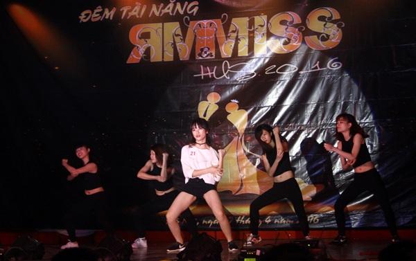 Tiết mục nhảy hiện đại sôi động Why kiss my lips của Nguyễn Thị Hà