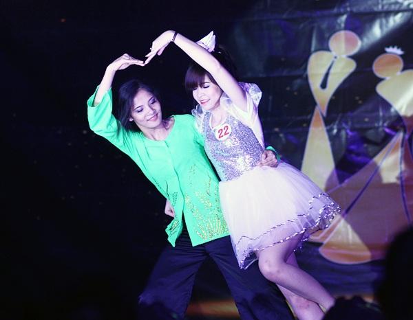 """Vào vai một cô con gái bé nhỏ, Nguyễn Linh Chi gửi lời cảm ơn đến mẹ, người đã luôn ở bên cô trong mỗi bước đi qua bài múa đương đại """"Con đã có mẹ rồi"""""""