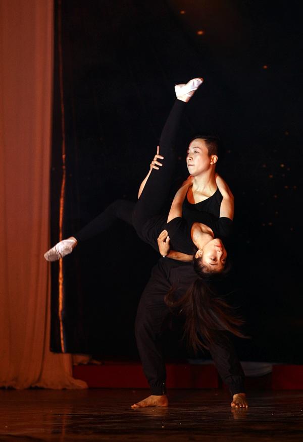 Chàng sinh viên khoa Địa chất Trần Hoàng Minh thực hiện động tác mạo hiểm trong bài múa đương đại A Thousand Years