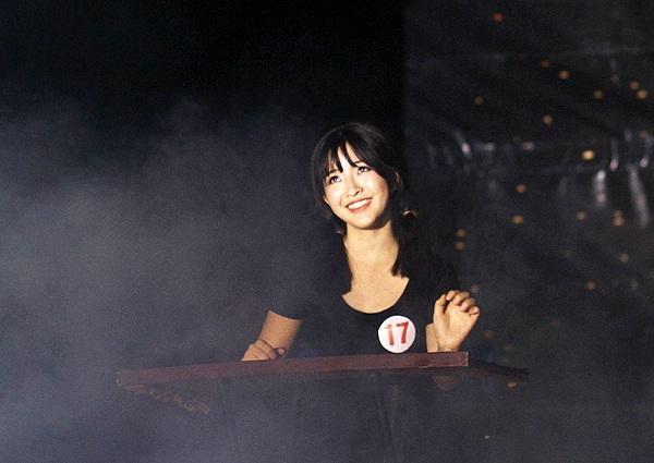 """Cô gái xinh đẹp Nguyễn Thị Thắm đem đến một phần thi độc đáo với thể loại kịch câm, truyền tải thông điệp """"Lãng phí tuổi trẻ - có hay không?"""" tới các bạn sinh viên."""