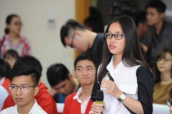 Các bạn trẻ nêu lên những thắc mắc đối với kỳ thi tuyển sinh năm nay