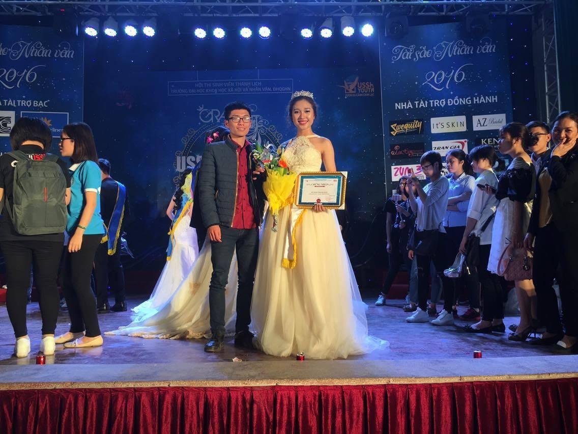 Tuấn Anh vui mừng vì bạn gái Ngọc Anh đã đạt được mong ước của cô trở thành Hoa khôi trường ĐH KHXH&NV
