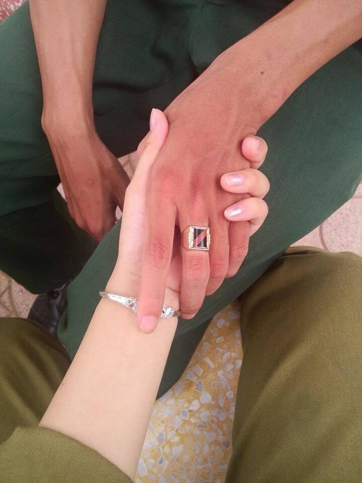 Cái nắm tay tượng trưng cho tình cảm của hai bạn trẻ