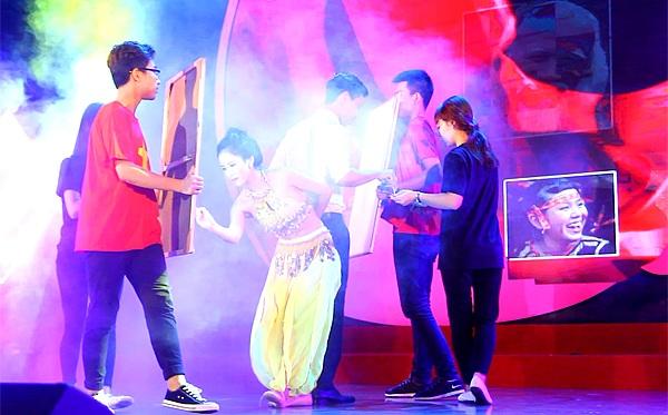 Dương Thị Xuân khéo léo đưa những nét cọ trở thành động tác trong bài múa Hello Việt Nam