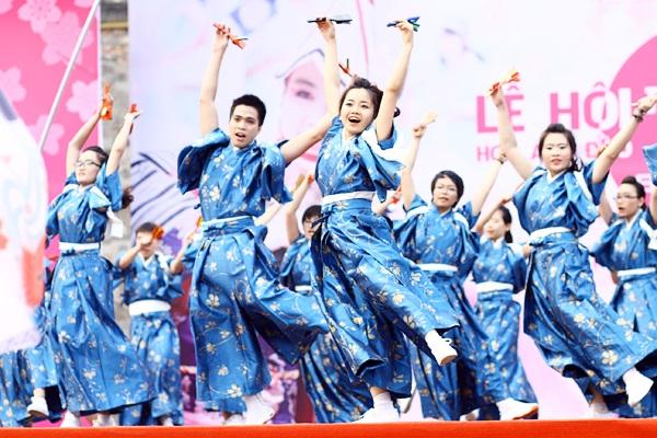 """Đội Núi Trúc Sakura Yosakoi nổi bật với trang phục xanh mở màn """"bữa tiệc"""" yosakoi"""