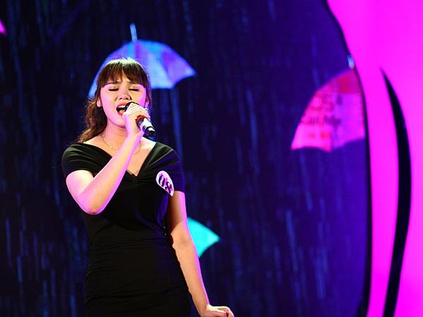 Nguyễn Thùy Linh dịu dàng hát Cơn mưa tình yêu