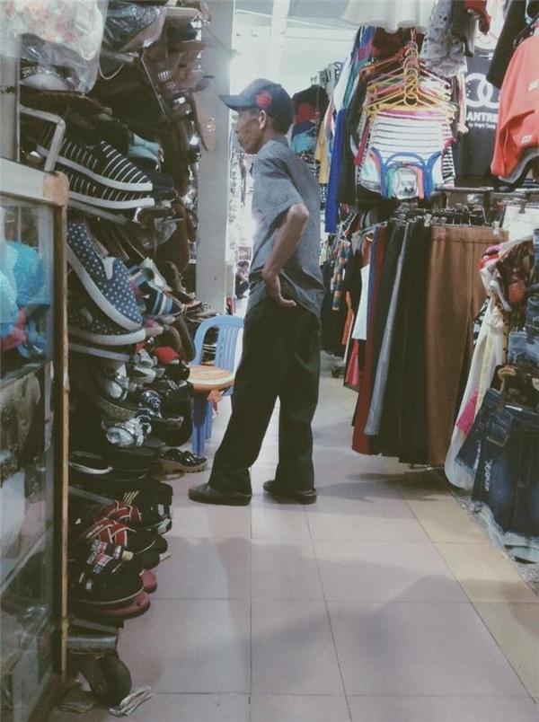 """Câu chuyện ông cụ khoảng 70 tuổi vào chợ Thủ Đức, TP HCM mua giày tặng người vợ ở quê gây chú ý trong cộng đồng mạng. Câu chuyện do bạn Lưu Khánh Quyên (SV trường Đại học Quốc tế Sài Gòn) đăng tải trên trang cá nhân:""""Nay ra chỗ mẹ, thấy cảnh này dễ thương ghê. Đang ngồi canh hàng thì thấy một ông cụ tầm 60 mấy 70 rồi, nhưng đi lại nhanh nhẹn lắm. Ông qua bên quầy giày dép kế quầy mẹ tui hỏi cô chủ: Cô ơi có bán giày cho bà già không, giày ý giày cho bà già cỡ 50 – 60 tuổi ấy. Cổ tìm thì không thấy nên bảo ông qua quầy xéo xéo xem, rồi cũng không có nên ông quay lại. Ông không biết gì về giày dép phụ nữ hết, cứ lóng ngóng dòm mà chẳng biết cái nào ra cái nào nên gọi cho bà hỏi bà thích đi giày làm sao, rồi ông bảo cô chủ lấy ông đôi nào có nơ ấy. Cổ đang tìm thì ông thấy một đôi, ông cầm rồi ngồi xuống rồi tự lấy chân ông thử luôn. Cổ bảo: chân bà cỡ chân ông à ? ông cứ chăm chú nhìn đôi giày thôi, rồi cô kêu: Thôi, đôi đấy nhỏ xíu làm sao vừa để con lấy đôi khác size to hơn. Cổ đưa ông size to hơn thì ông lại tiếp tục xỏ chân vào thử, dễ thương ghê. Ông nghĩ là chân ông vừa thì chân bà sẽ vừa nên cứ đi vô thử thôi, nhưng chân đàn ông mà, làm sao vừa thế nên cô kêu tui lại thử dùm ông xem (vì chân tui to, nếu chân tui vừa thì chắc là chân bà sẽ vừa. Cổ hỏi sao ông không dắt bà theo hay đi với người nữ nào cho dễ mua mà lại đi một mình, ổng bảo bà dưới quê ông sắp về quê nên ông mua giày với đồ ăn đem về cho bà. Bởi ta nói hạnh phúc đâu có cần cái gì to tát, yêu thương nó đơn giản thế này thôi bên nhau cả đời chưa chán""""."""