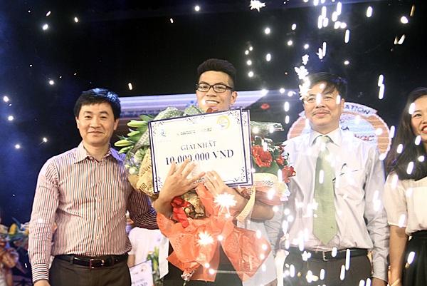 Giây phút đăng quang của Ngô Anh Đạt – học sinh lớp 10A4 trường THCS Vinschool.