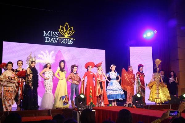 Sân khấu đêm chung kết Hoa khôi Học viện Ngoại giao trở thành nơi giao thoa văn hóa giữa 12 quốc gia trên thế giới với sự thể hiện của các thí sinh