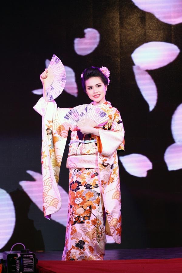 Hoa khôi truyền thông Trần Thu Thủy xuất sắc nhập vai một cô gái Nhật Bản với trang phục kimono truyền thống, quạt giấy, guốc mộc, kiểu tóc và gương mặt được trang điểm với phong cách rất đặc trưng của đất nước mặt trời mọc.
