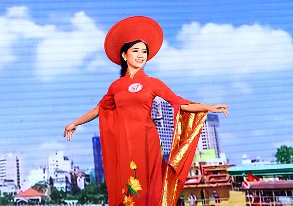 Phạm Hà Anh mở đầu phần thi với trang phục áo dài Việt Nam với họa tiết Quốc hoa trên thân áo
