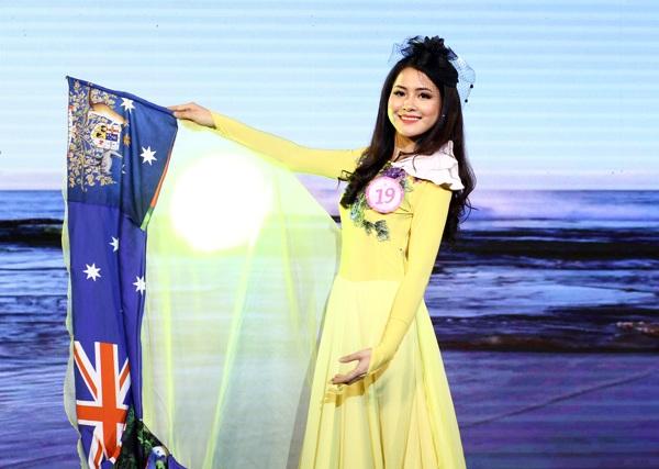 Cô gái Phan Thị Hạnh – lớp Tiếng Anh 40A nền nã khoác lên mình trang phục in hình ảnh nước bạn Australia