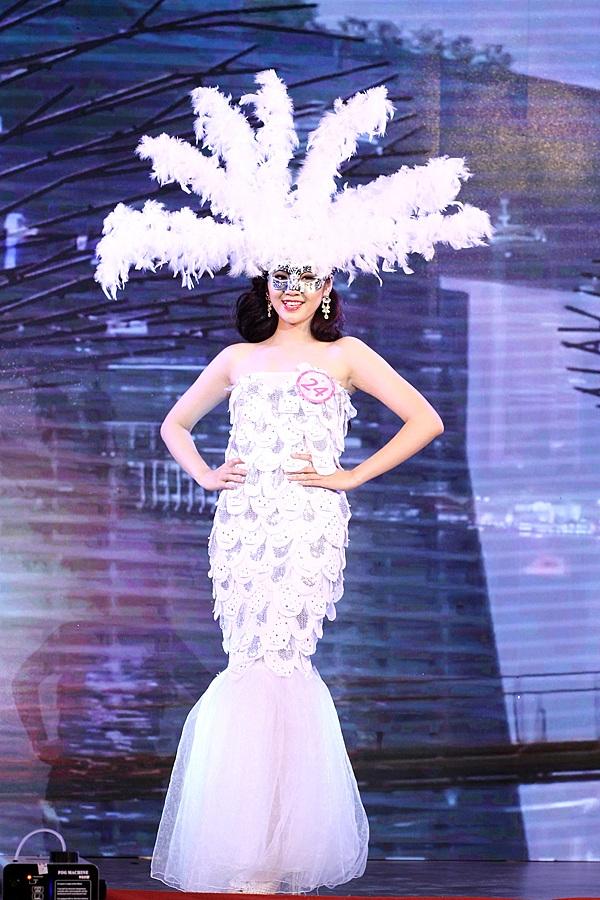 Trong trang phục lấy cảm hứng từ tượng sư tử đá – biểu tượng của đất nước Singapore, Dương Bảo Khuê trở nên bí ẩn và quyến rũ