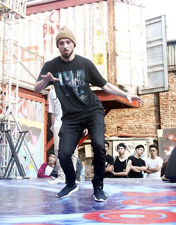 Một vũ công nước ngoài cũng góp mặt tại giải đấu