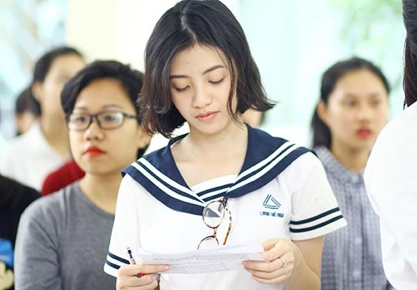 Cô bạn tranh thủ xem lại các thông tin dự thi trong khi xếp hàng
