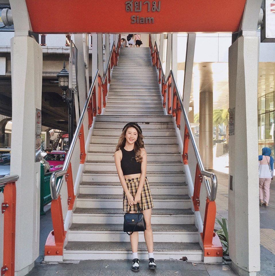 Dù chỉ là một cái cầu thang, cô nàng cũng khiến cho nó trở nên nổi bật trên ảnh