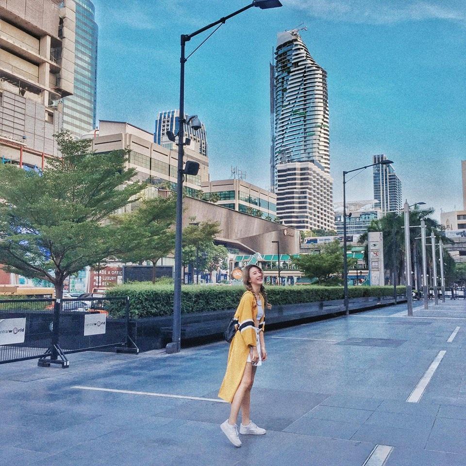 Cách tạo dáng chụp ảnh của Quỳnh Anh luôn tự nhiên. Điểm nhấn là nụ cười rạng rỡ và trang phục đúng mốt
