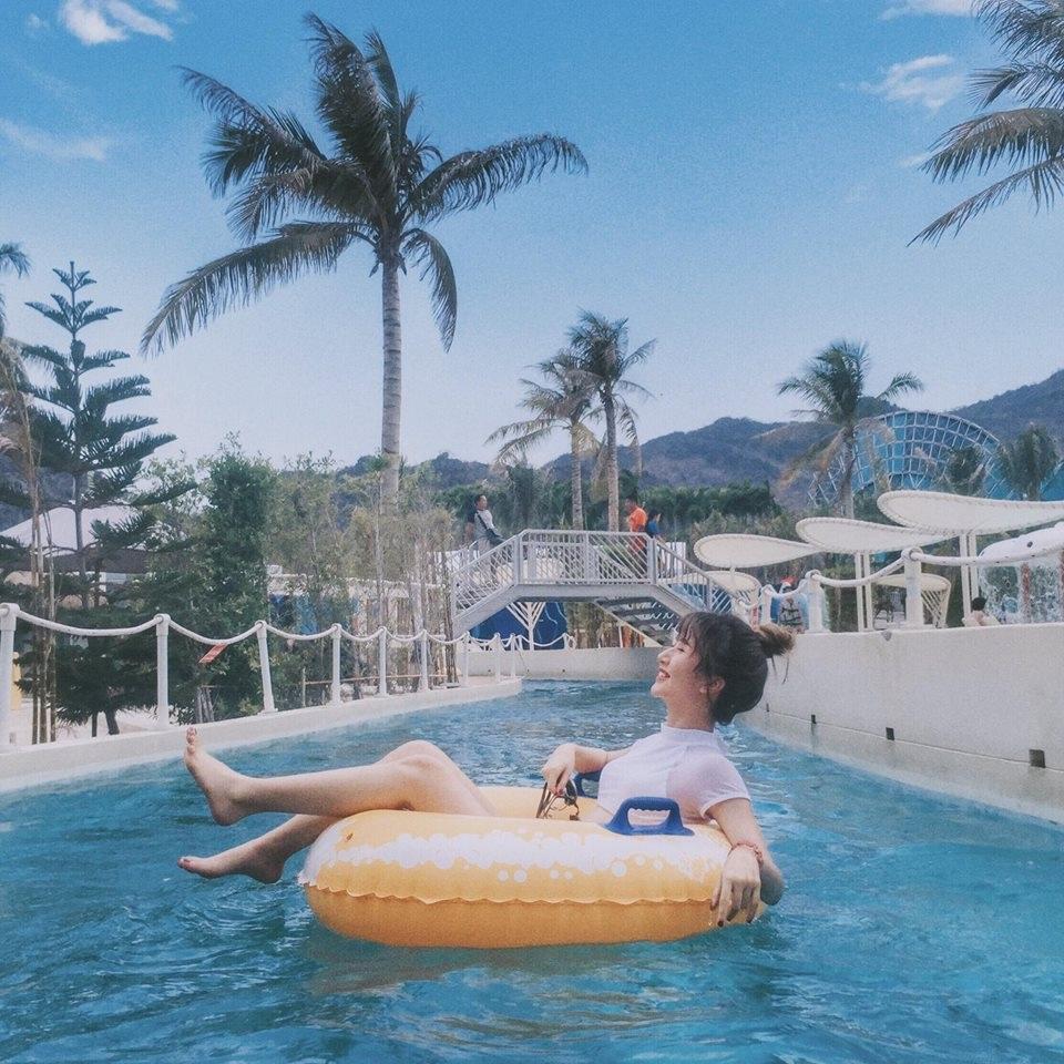Nhìn Quỳnh Anh Shyn bên bể bơi, ai cũng muốn được thả hồn vào làn nước giống như cô nàng phải không?