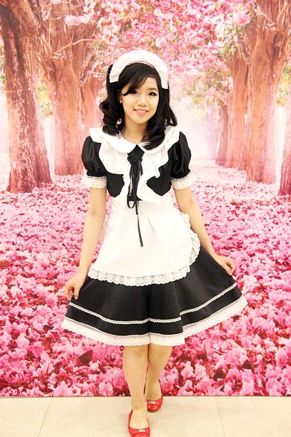 Một cosplayer khác hóa thân thành cô hầu bàn Nhật Bản
