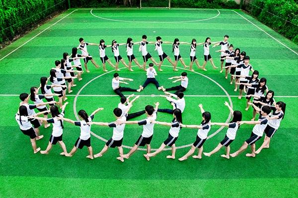 Ở lớp 12A2 THPT Trần Quang Khải, nữ sinh chiếm số đông còn năm sinh lại khá ít nên các bạn trẻ có nhiều cách sáng tạo khi xếp hình chụp ảnh