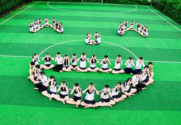 Để kỷ niệm thời học sinh, các bạn trẻ quyết định phải có một bộ ảnh thật độc đáo và vui vẻ, đúng với tinh thần của cả lớp.