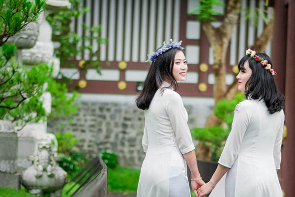 Đôi bạn thân cùng học và thi khối D. Mùa tuyển sinh này, Chi và Vi sẽ cùng nhau vào Sài Gòn để dự thi.