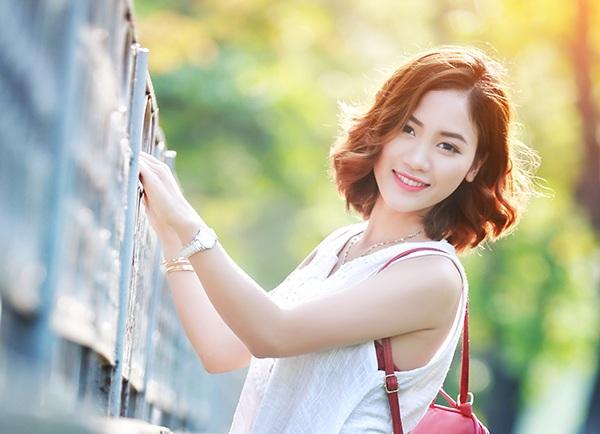 Mùa hè này, Hường chọn cách trang điểm nhẹ nhàng với tông nâu và hồng