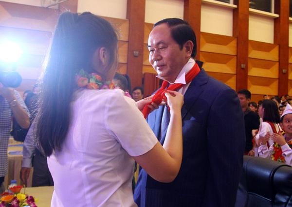 Đại diện Thiếu nhi Thủ Đô quàng chiếc khăn quàng đỏ của Đội Thiếu niên tiền phong tới Chủ tịch nước Trần Đại Quang.