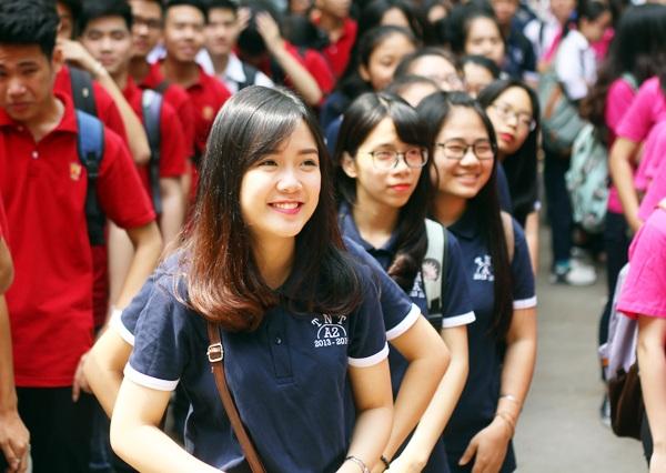 Phạm Vũ Khánh Linh – học sinh lớp 12A2 nở nụ cười rạng rỡ trong hàng ngũ của lớp mình
