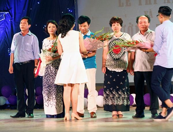 Tại đêm tri ân, các học sinh ưu tú đã thay mặt hơn 600 học sinh của khối 12 gửi tặng các thầy cô chủ nhiệm của mình bó hoa thay cho lời cảm ơn