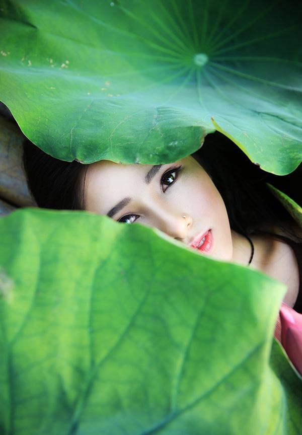 Cô có ý định chụp bộ ảnh với hoa sen từ năm ngoái nhưng lỡ mất những ngày hoa nở đẹp nhất nên mới đầu mùa sen năm nay, Minh Hồng đã sắp xếp thời gian thực hiện bộ ảnh này cùng nhiếp ảnh Thanh Tâm.