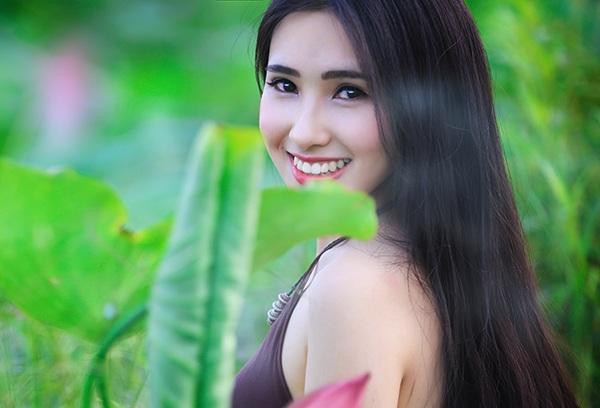 Minh Hồng sinh ra ở Bắc Giang, một nơi cũng có nhiều đầm sen nhưng cô chọn đầm sen Hà thành để thực hiện bộ ảnh này.