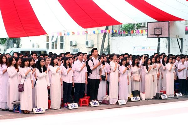 Học trò lớp 12 nghiêm trang trong lễ chào cờ cuối cùng vô cùng dưới mái trường cấp 3
