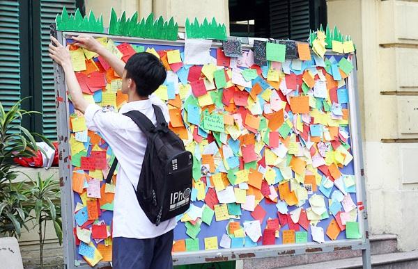 Học trò lưu giữ những lời nhắn nhủ cho bạn bè, thầy cô trên một tấm bảng