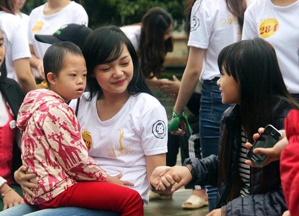 Cô cũng là một gương mặt tích cực tham gia các hoạt động tình nguyện vì cộng đồng.