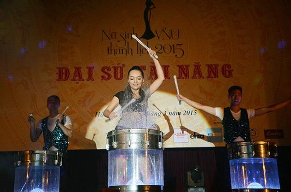 Mỹ Linh trình diễn đánh trống nước trong cuộc thi Miss VNU