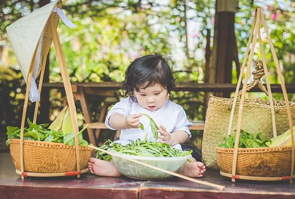 Bé 1 tuổi đáng yêu trong bộ ảnh nông dân Nam bộ - 9