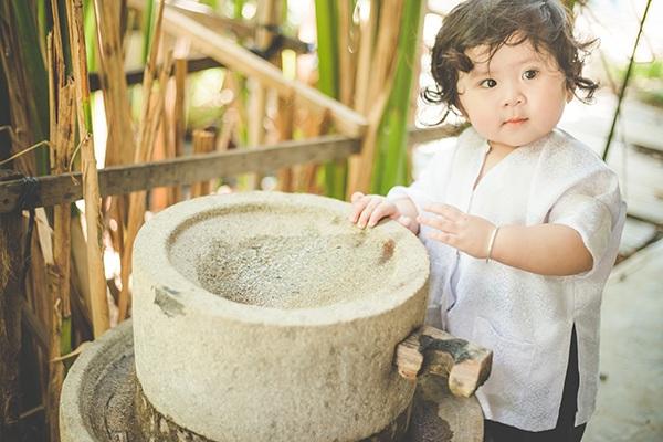 Khánh My có nhiều điểm giống với các em bé phương Tây, đặc biệt là làn da trắng và mái tóc xoăn