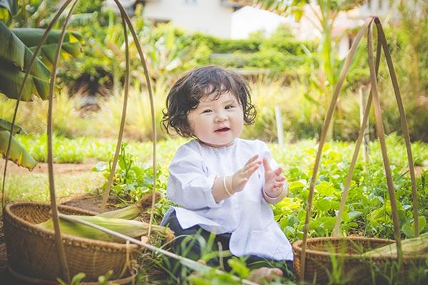 Bé 1 tuổi đáng yêu trong bộ ảnh nông dân Nam bộ - 7