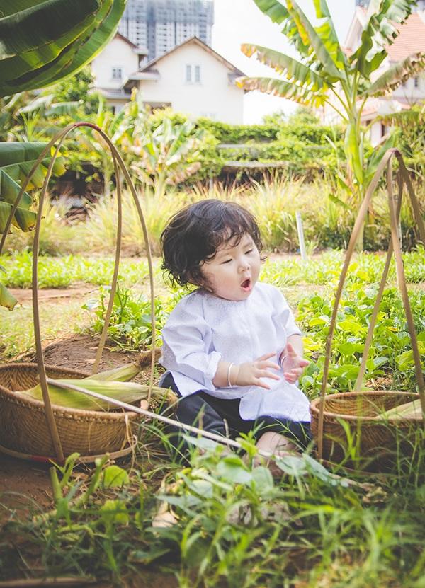 Bé 1 tuổi đáng yêu trong bộ ảnh nông dân Nam bộ - 8
