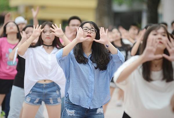 Nữ sinh Yên Hòa xinh đẹp nhảy flashmob chia tay trường cấp 3 - 5