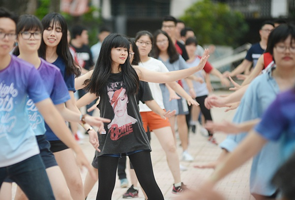 Nữ sinh Yên Hòa xinh đẹp nhảy flashmob chia tay trường cấp 3 - 9