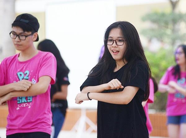 Nữ sinh Yên Hòa khỏe khoắn và xinh đẹp tham gia các màn nhảy tập thể