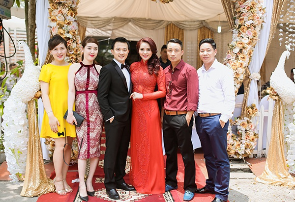 Trước đó, lễ ăn hỏi và đón dâu diễn ra ngày 30/4 ở nhà cô dâu.