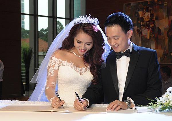 Cô cho biết tình yêu của hai người đã chín muồi sau 2 năm tìm hiểu. Ngày 29/5, Hương Thảo chính thức lên xe hoa về nhà chồng.
