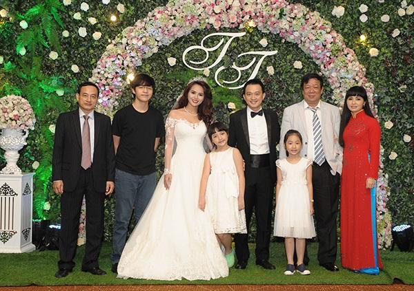 Hương Thảo chia sẻ rằng chồng cô năm nay 34 tuổi, hơn cô 10 tuổi, là người tri thức, sinh ra trong gia đình nề nếp.